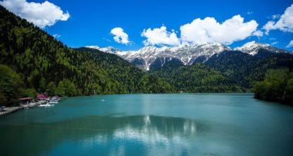 Озеро рица летом. Фотография.
